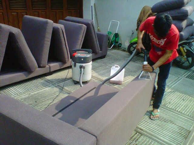 Cuci Sofa Kulit Dengan Teknik Dry Foam